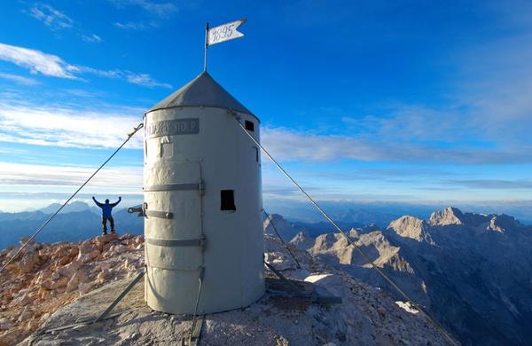Vrh Triglava bo kmalu sameval, Aljažev stolp se vrača v dolino!