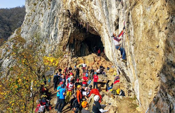Šuštarjeva in Hrast z zmago v novo sezono slovensko-hrvaško-srbskega pokala v lednem plezanju
