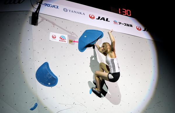 Janja Garnbret v drugo svetovna prvakinja v balvanskem plezanju, začela je napad na drugo medaljo