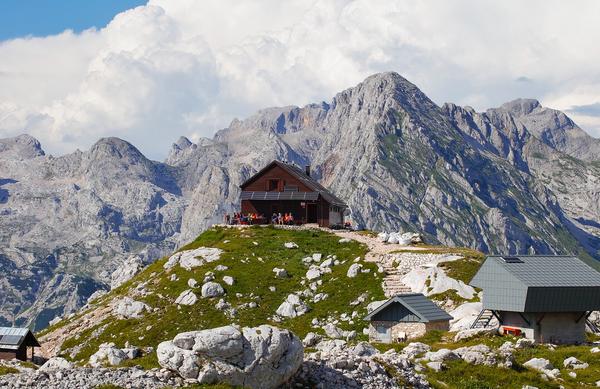 Oskrbniki visokogorskih koč zaklenili vrata, nižje v Alpah večinoma odprti ob koncih tedna